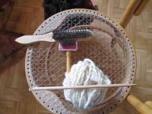 první úlety - kartáče,  pokus o vřetánko a seskaná dvounitka z východofízské ovce, zbytek ze skoro vesty, chrániče ramen a páteře, pro zimní tkaní